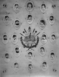 Gedenktafel zum 10-jährigen Jubiläum des Ruderverein Deggendorfs. Gruppiert um das Vereinswappen sind Porträts der Vereinsmitglieder in gestreiften Shirts mit Mützen