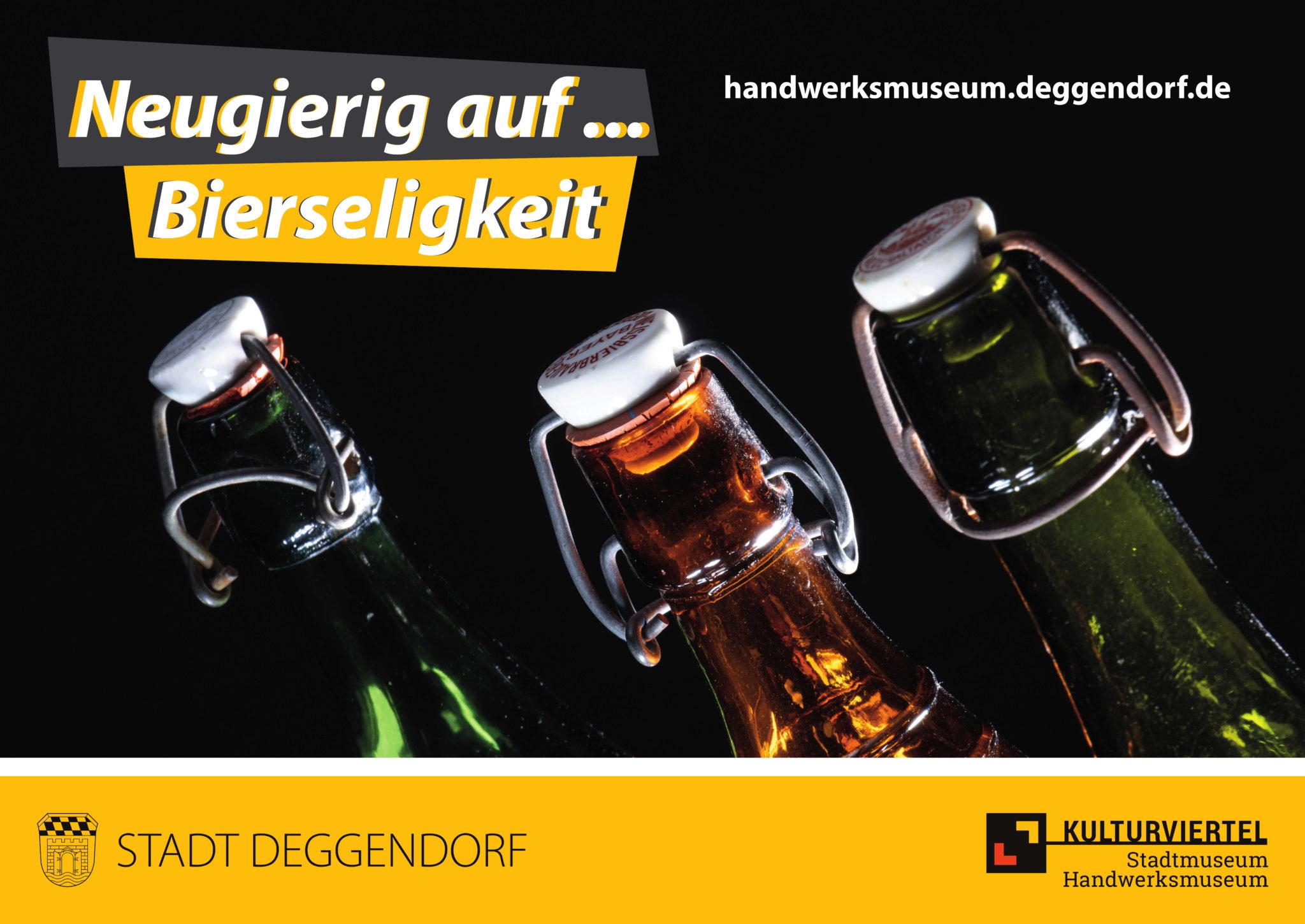 Neugierig auf Bierseligkeit: zu sehen sind drei Flaschenhälse von Bierflaschen
