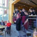 Mehrere Besucher bei der Eröffnung des Inklusionscafe bei der Auftaktveranstaltung im Handwerksmuseum Deggendorf