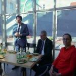 Eröffnungsrede OB Dr. Moser und mehrere Besucher bei der Eröffnung des Inklusionscafe bei der Auftaktveranstaltung im Handwerksmuseum Deggendorf