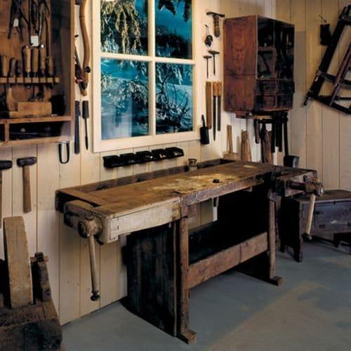 Historischer Arbeitsplatz eines Holz-Handwerkers im Bayerischen Wald