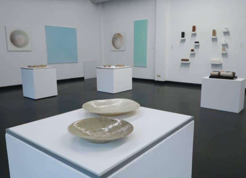 """Blick in die Sonderausstellung """"Erde und Himmel"""" (Renate Balda) im Handwerksmuseum Deggendorf"""