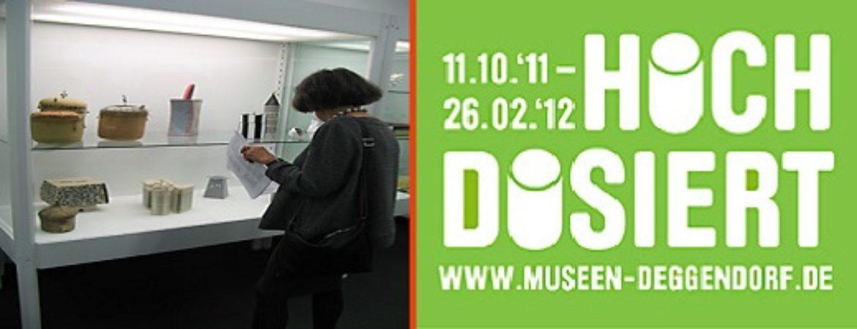 Frau besucht Museum grünes Plakat für hoch dosiert