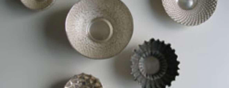 """Exemplare von """"Gold- und Silberschiedearbeiten"""" von Eva und Julia Reidel im Handwerksmuseum Deggendorf"""