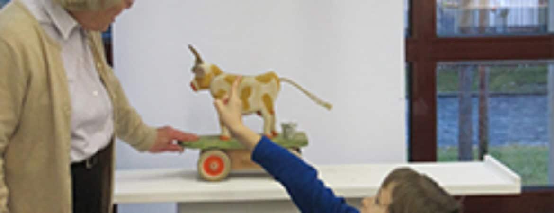 """Kind zeigt auf ein Ausstellungsstück aus """"Hand-Spiel"""" im Handwerksmuseum Deggendorf"""