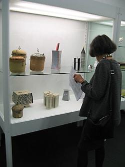 Kuratorin führt durch die Ausstellung
