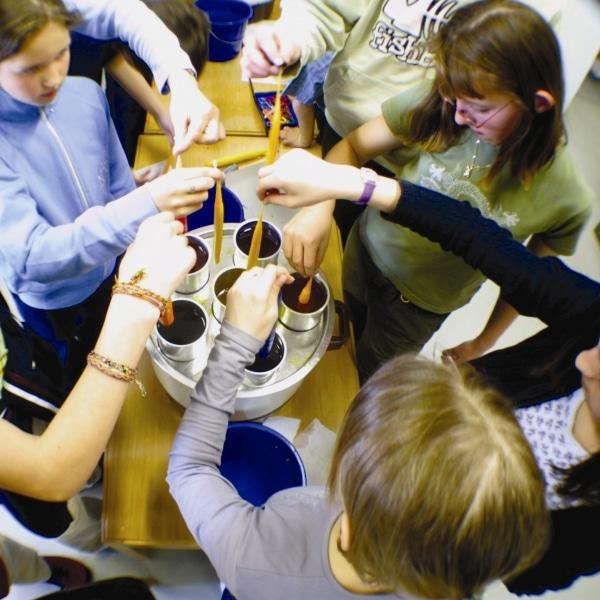 Kerzenziehen im Workshop/ Führung