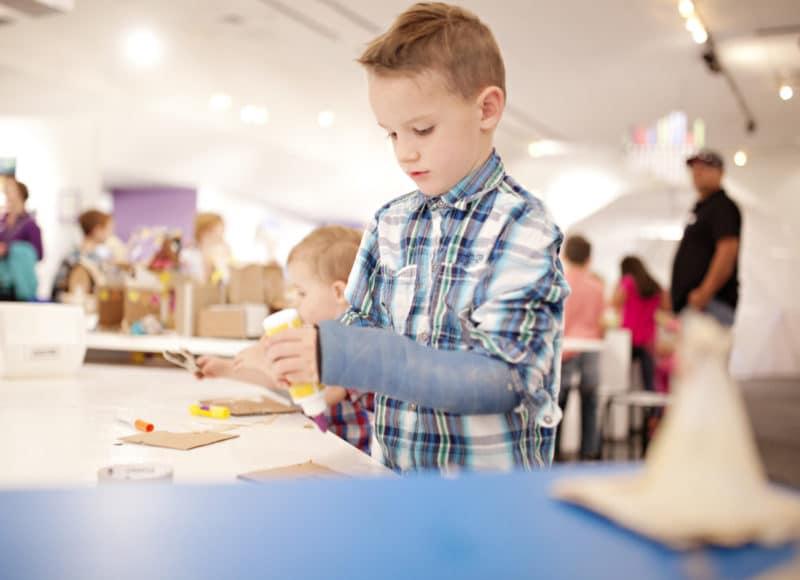 Kind bastelt in der Museumswerkstatt