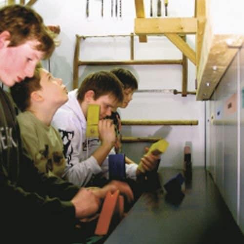 Kinder beim Ausüben von Schreiner-Tätigkeiten