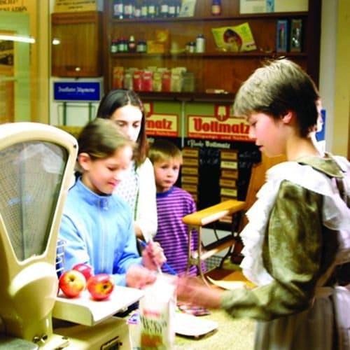 Kinder spielen Apotheke