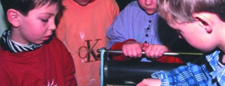 Kinder erkunden einen historischen Zauberkasten