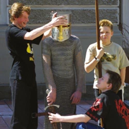 Kinder spielen mit Helm und Ritterausrüstung Mittelalter