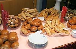 Gedeckter Tisch eines russisch-deutschen Cafes im Handwerksmuseum Deggendorf