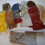 Verschiedene Handschuhe als Exponate einer Sonderausstellung mit einem Zollstock zur Verdeutlichung der Größe