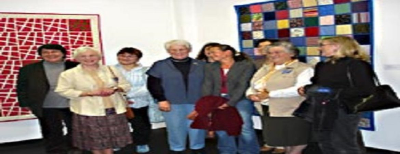 Frauen Zusammen stehen vor den Quilten