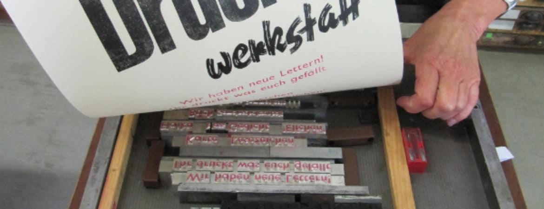 """Druck eines Posters mit der Aufschrift """"Druckwerkstatt"""" im Handwerksmuseum Deggendorf"""