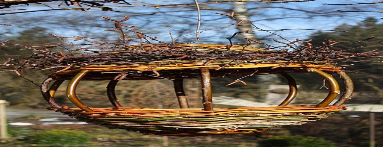 Nest aus trockenem Gras und Stroh
