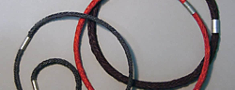"""Halsketten aus dem Workshop """"Papierschmuck"""" im Handwerksmuseum Deggendorf"""
