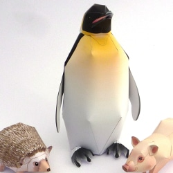 Ausstellungsstück Papier-Pinguin aus dem Workshop