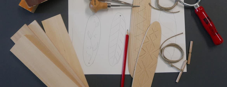 """Werkzeuge, Pläne und Holz für unser """"Urwald-Handy"""" aus dem Workshop im Handwerksmuseum Deggendorf"""